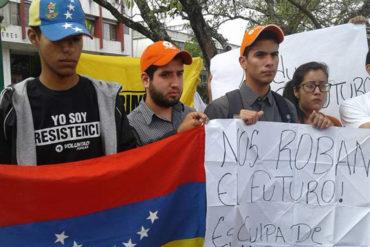 """¡PARA REFLEXIONAR! """"Maduro ahoga nuestros sueños"""": Jóvenes protestaron por el éxodo de venezolanos"""