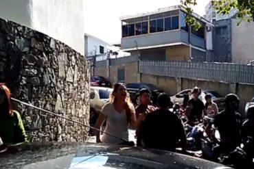 """¡NO SE CALLÓ! Manifestante se las canta a parlamentarios en morgue de Bello Monte: """"Diputados de mierd*"""""""