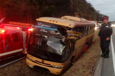 ¡ATENCIÓN! Reportan varios heridos en la ARC tras encunetarse autobús de Expresos Los Llanos (+Fotos +Video)