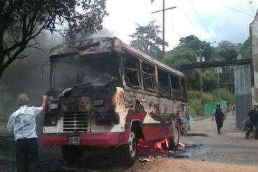 ¡DESCONTROLADOS! Estudiantes del Táchira quemaron una unidad de transporte en medio de protesta