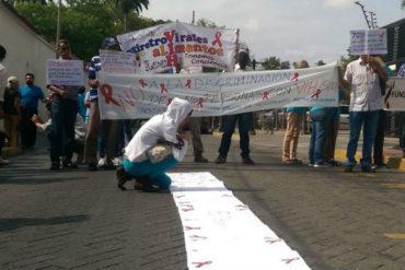 ¡INDIGNADOS! Pacientes con VIH pintan con sangre pancartas para protestar este #10Abr