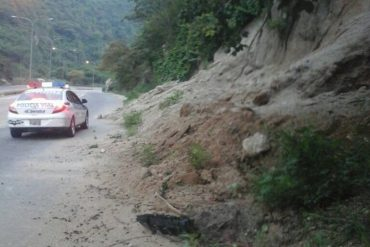 ¡PENDIENTES! Se registró un deslizamiento de tierra en la carretera de Puerto Cabello luego del temblor en Morón, Carabobo
