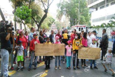 ¡LO ÚLTIMO! Pacientes se apostaron en las afueras del hospital JM de los Ríos por falta de medicinas (niños también protestaron) (+Videos)