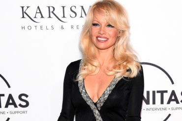 ¡A SUS 50 AÑOS! El escote de Pamela Anderson que se robó todas las miradas en una alfombra roja (+Foto+ candela)