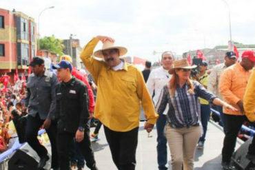 ¡NADA DE AMOR! A Maduro le lanzaron de todo a la tarima de evento de campaña en Apure (VIDEO + escoltas con barreras antibalas)