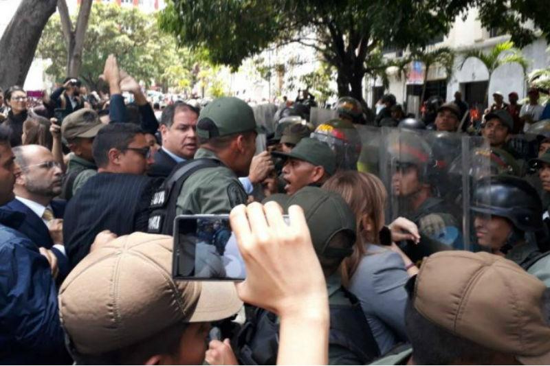 ¡MIRE! Así reseñaron los medios del mundo la agresión de la GNB a periodistas y diputados