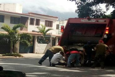 ¡SOLO EN REVOLUCIÓN! La Venezuela socialista: dos hombres se pelearon por unos huesos en pleno camión de basura