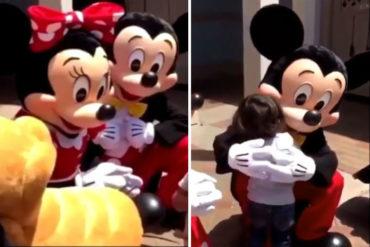 ¡CONMOVEDOR! Minnie Mouse se comunicó por lenguaje de señas con este chiquito al darse cuenta que no podía oír (+Video)