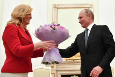 ¡VEA! El obsequio de Vladimir Putin a la presidenta de Croacia antes de la final en el Mundial (no duró mucho el encanto) (+Video)
