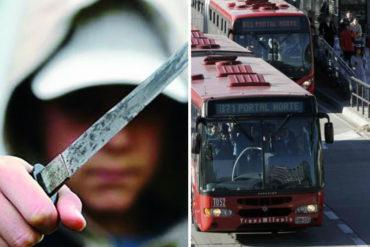 ¡QUÉ HORROR! 8 venezolanos armados con cuchillo robaron un autobús en Bogotá (fingían que vendían dulces)