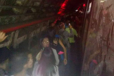 ¡LO ÚLTIMO! Usuarios del Metro caminaron por los rieles ante situación irregular entre Los Símbolos y Ciudad Universitaria