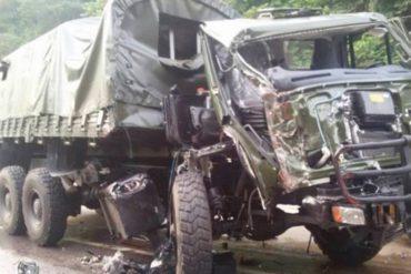 ¡TERRIBLE! Reportan dos muertos y 30 heridos por vuelco de convoy de la GNB en Maracay (el chofer habría perdido el control)