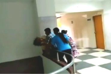 ¡DESGARRADOR! Paciente intenta lanzarse de un piso 2 de hospital en Táchira en medio de desespero por no ser atentida (+Video)