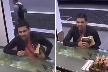 ¡QUÉ HORROR! El momento en que un hombre roba descaradamente con una sonrisa y un libro en mano que se parece a la biblia (+Video)