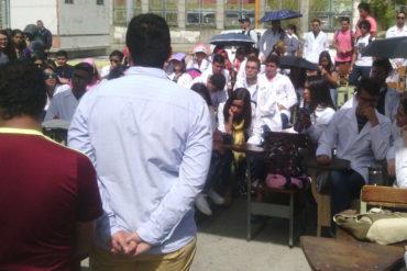 ¡EL COLMO! Estudiantes de medicina de la ULA recibieron clases en plena calle por las pésimas condiciones de la institución (+Fotos)
