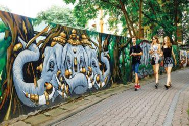 ¡QUÉ TERRIBLE! Turistas podrían afrontar 10 años de cárcel por pintar un graffiti en Tailandia