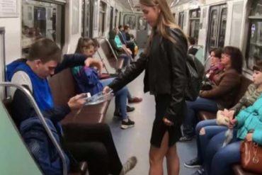¡MÍRELA! Una mujer vierte cloro a los hombres que se sientan con las piernas abiertas en el Metro