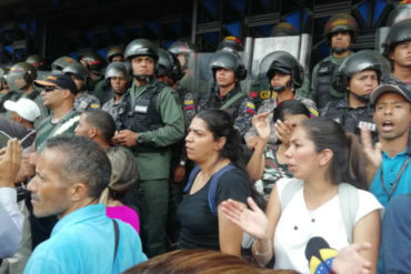 ¡OBSTINADOS! Los momentos de tensión que se vivieron a las afueras del Ministerio de Educación este #14Nov (+Videos)