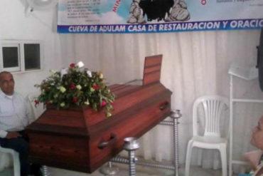 ¡QUÉ FUERTE! Familia tiene 9 días velando a un venezolano en Colombia esperando que resucite (aseguran que es un «mensaje de Dios)