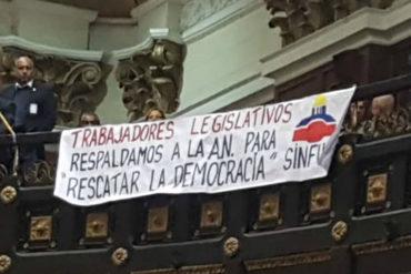 ¡VEA! La pancarta que desplegaron los trabajadores de la Asamblea Nacional: Los más afectados por la crisis (+Foto)