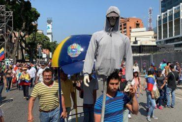 ¡CREATIVO! El maniquí del #GuaidóChallenge que apareció en la manifestación en Caracas este #2Feb