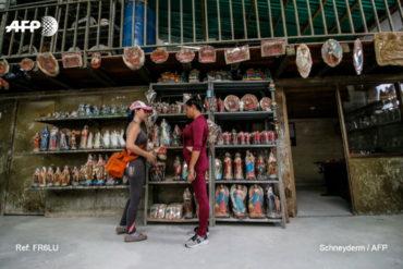 ¡DURA REALIDAD! El viacrucis de una venezolana para vender estatuas religiosas en Colombia y poder subsistir (+Video)