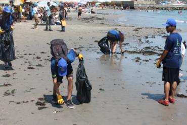 ¡EJEMPLO! Voluntarios venezolanos limpian playas en Lima para dar las gracias a Perú por su solidaridad