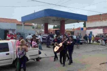 ¡INGENIO CRIOLLO! Le llevaron serenata por su cumpleaños en plena cola para surtir gasolina (+Video)