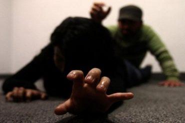 """¡ABOMINABLE! Adolescente es golpeada y abusada por un hombre, huye para pedir ayuda y su """"rescatador"""" la viola también"""