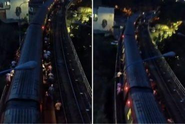 ¡CUÁNTA DESIDIA! Usuarios del Metro de Caracas desalojaron a oscuras un tren accidentado en Caño Amarillo (+Videos)