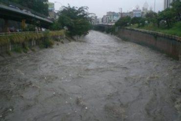 ¡ÚLTIMA HORA! Reportan crecida del río Guaire debido a las fuertes lluvias (+Fotos)