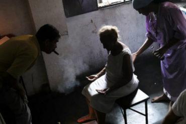 """¡DEBE SABERLO! Venezolanos recurren a hierbas y """"cirugías espirituales"""" como alternativa a la medicina """"inalcanzable"""""""
