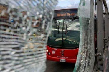 ¡UN DESASTRE! El brutal ataque a las instalaciones del Transmilenio de Suba en Bogotá durante las protestas (+Video)