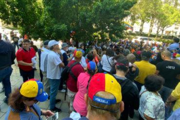 ¡ACTIVOS!En Miami los venezolanos se concentraron frente a la antigua sede del consulado para alzar su voz este #16N (+Video)