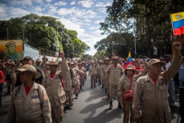 """¡AH, OK! Con armas de mentira """"entrenan"""" milicianos para defender al país de un posible invasión de EEUU (+Foto bochornosa)"""
