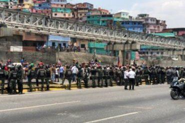 """¡ATENCIÓN! """"Nuestros hijos toman agua de un pozo"""": Petareños trancaron la vía para protestar por la falta del líquido  (+Videos)"""