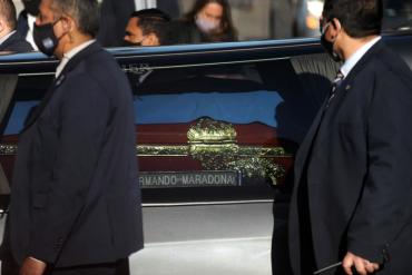 ¡IMPORTANTE! Empleado de la funeraria que se tomó foto junto al cadáver de Maradona se presentó ante las autoridades