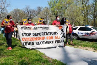"""¡SIN MIEDO! Inmigrantes protestaron frente a la casa de Kamala Harris y suplicaron que cesen las deportaciones: """"Estamos en la lucha"""""""